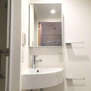 鏡の裏に収納してくださいね ※写真は2階の同間取り別部屋のものです。