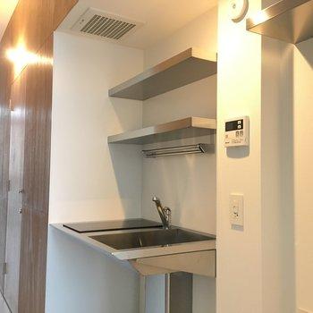 キッチンはスタイリッシュに ※写真は2階の同間取り別部屋のものです。