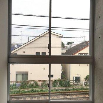 大きな窓からは線路が見えてます! ※写真は2階の同間取り別部屋のものです。