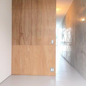 こちら生活道路側。寝室かな ※写真は2階の同間取り別部屋のものです。