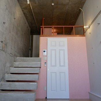 この階段から降りてくる感じがね。ちょっと偉くなった気分。