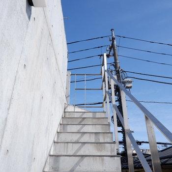 最上階に上がっていくとき青空広がります。