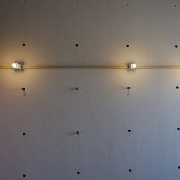 壁にライティングレールついています。