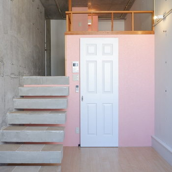 白い扉が可愛らしい。