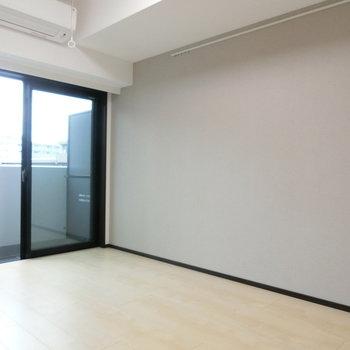 薄いブラウンのクロス。安心できるお部屋です。※写真は5階反転間取り別部屋のものです