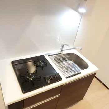 清潔な印象のキッチン※写真は5階反転間取り別部屋のものです