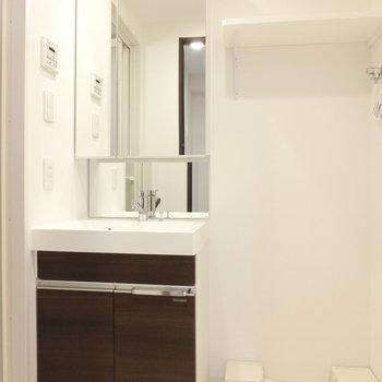 独立洗面台と洗濯機置場※写真は5階反転間取り別部屋のものです