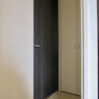 玄関はフラットなデザインです※写真は通電前のものです