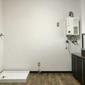 洗濯機はここ。そのとなりに冷蔵庫ですね。ここも、黒がいい・・・笑 (※照明をつけて撮影しています)