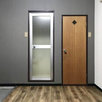 うわー!ひときわ可愛い右側の扉。きゅんきゅん。 (※照明をつけて撮影しています)