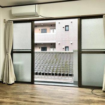 大きな窓はお部屋をより広く見せてくれますよね。 (※照明をつけて撮影しています)