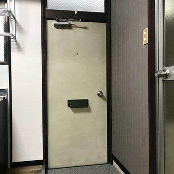 玄関はちょこんとこちらに。チラシが落ちないように工夫が必要ですね。