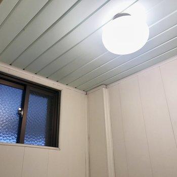 換気扇はないけれど、たっかい位置に窓があるので外の視線を気にせず安心して換気ができる。