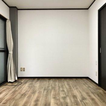 さりげないグレーのアクセント。小物の色は決定!テレビは窓右側、延長コードで伸ばしたい。 (※照明をつけて撮影しています)