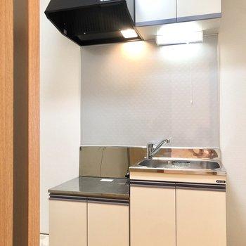 続いてキッチンへ。隣には冷蔵庫を置くスペースがあります。