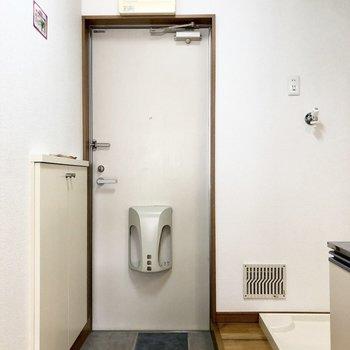 玄関フロアの隣には洗濯機置き場があります。