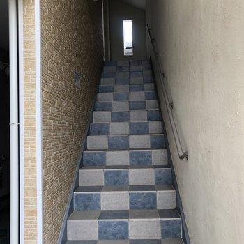 2階までは階段を使って。