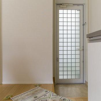 冷蔵庫は玄関の横に。コンパクトなものを買おうね。※家具はサンプルです