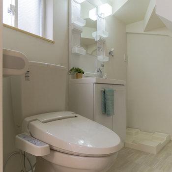 トイレ、洗面台、洗濯機置場をキュキュッと。※家具はサンプルです