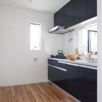 キッチン広い〜※写真は1階の同間取り別部屋、通電前のものです