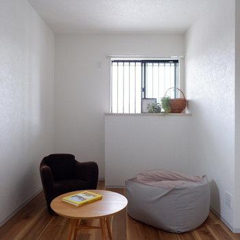 寝室へ。小窓から程よい光が入ります。※写真は1階の同間取り別部屋、通電前のものです
