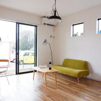 大きめのソファも置けちゃいます。無垢床がイイネ。※写真は1階の同間取り別部屋、通電前のものです
