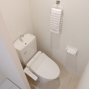 トイレは程よく仕切られています。※家具は見本です※写真は前回募集時のものです