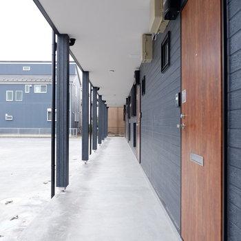 玄関外。木目のドアと外壁のコントラスト素敵。