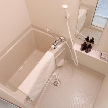 浴室は1人暮らしに十分なサイズ。※写真は2階の反転間取り別部屋、モデルルームのものです