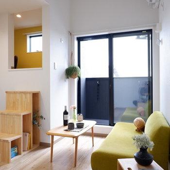 天井が高くて開放的◎※写真は2階の反転間取り別部屋、モデルルームのものです
