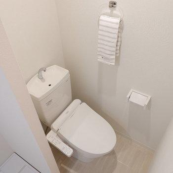 トイレは程よく仕切られています。※写真は2階の反転間取り別部屋、モデルルームのものです