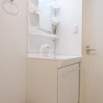 独立洗面台も使い勝手の良いタイプ。※写真は2階の反転間取り別部屋、モデルルームのものです