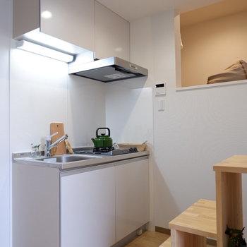 キッチン収納たっぷりあります。冷蔵庫は左開きが良さそうです。※写真は2階の反転間取り別部屋、モデルルームのものです
