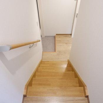 階段降りて玄関、水回りへ。※写真は2階の反転間取り別部屋、モデルルームのものです