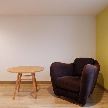高さも程々にあり、ゆったりくつろげます。※写真は2階の反転間取り別部屋、モデルルームのものです