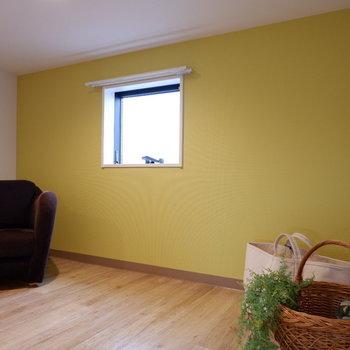 黄色いアクセントクロスがお出迎え。※写真は2階の反転間取り別部屋、モデルルームのものです