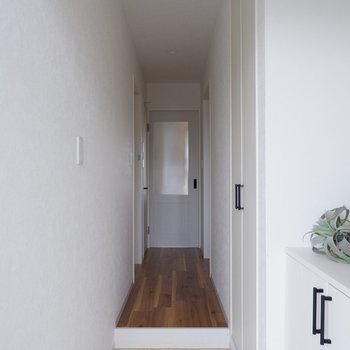 玄関入った景色。※写真は1階のは同間取り別部屋、通電前のものです