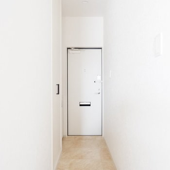 玄関へ。白い戸と壁がすっきりと。※写真は1階のは同間取り別部屋、通電前のものです