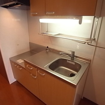 キッチンも収納十分♪※写真は2階の同間取り別部屋のものです