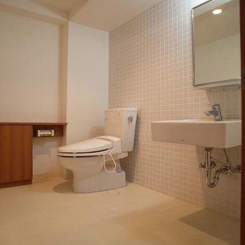 洗面台もトイレまでもお洒落に見える・・。※写真は2階の同間取り別部屋のものです