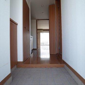 玄関から一直線!※写真は2階の同間取り別部屋のものです