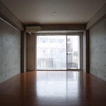つるつるの床、お洒落な壁※写真は2階の同間取り別部屋のものです
