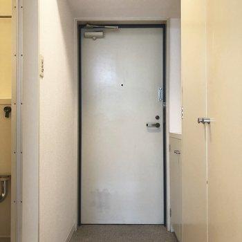 玄関は意外とスペースに余裕あり。※写真は1階の反転間取り別部屋のものです