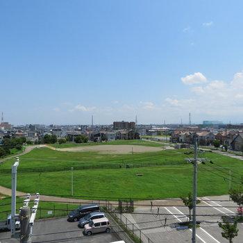 一見空き地みたいですが公園です(※写真は5階の別部屋からのものです)