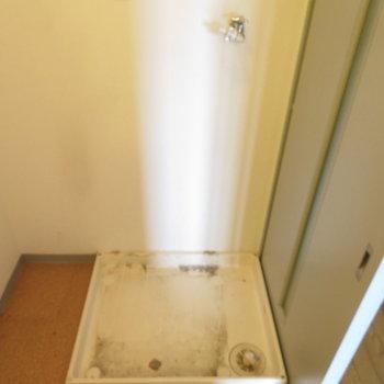 後ろに洗濯機置き場が(※写真は5階の同間取り別部屋のものです)
