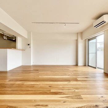 カウンター前もスペース十分です!お好きな家具で彩りましょう。