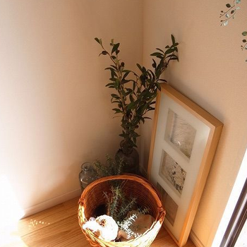 【家具イメージ】ちょっとした小物も映えるのは無垢床だからこそ。