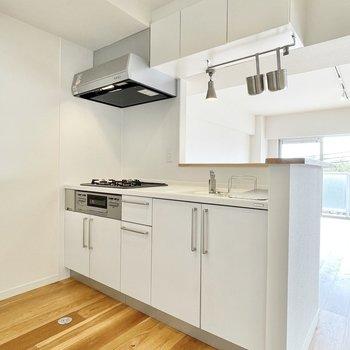 キッチンはグリル付きの人造大理石。