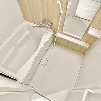 浴槽もまだまだ綺麗なユニットバス。