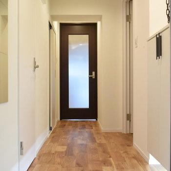 白タイルから始まり無垢に繋がる玄関